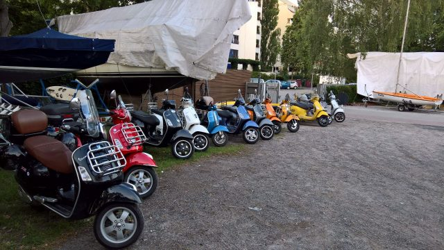 Vespas auf dem Hof - Photo © Tom