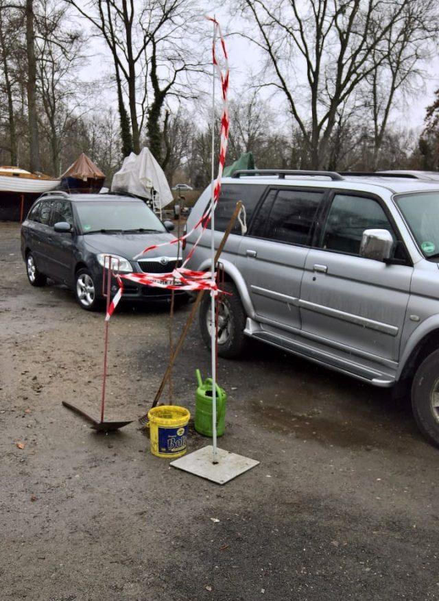 Fortschritte bei der Platzbegrünung - Parkplatz des SC Gothia e.V. - Photo © T. Bengel