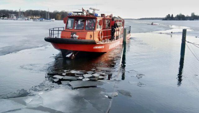 Feuerwehr nach Rettungseinsatz bei der Einfahrt in den Hafen des SC Gothia - Photo © Tom Engel